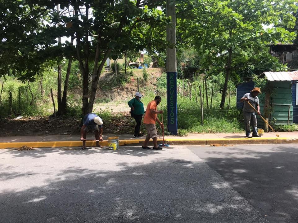 Continúan los trabajos de remozamiento de la avenida principal de nuestro pueblo, esta vez en la comunidad de la Nueva Ermita en el Boulevard de las Almendras. Seguimos trabajando!