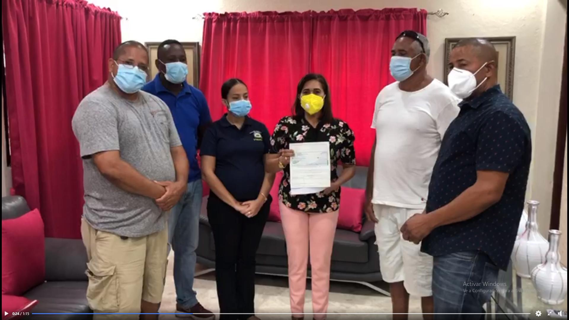 Hoy la Alcaldesa Yolanda Rodríguez hizo entrega de un cheque por valor de RD$15,000.00 pesos a la Liga Luciano Polanco (CHAGA), dando respuesta a una solicitud de la Liga para reparar la máquina de deshierbar que actualmente se encuentra fuera de servicio.